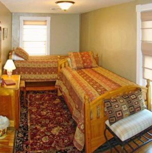 The Red Lantern Inn - Twin Beds 2nd Floor Center